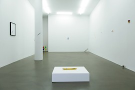 tout court | installation view, Galerie Martin Kudlek, Cologne, photo © Paulo dos Santos